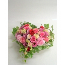 ​24 Charming Roses Heart Basket